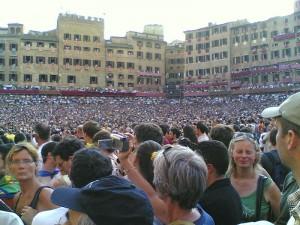 Piazza del Campo piena di gente durante il Palio di Siena